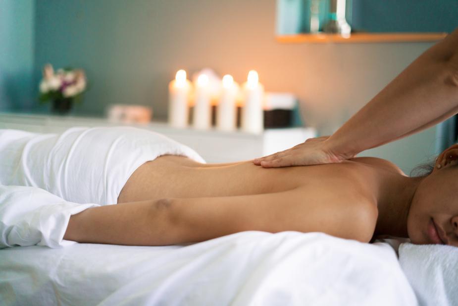 woman-getting-back-massage_925x